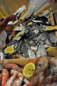 Un giorno al banco del pesce di un supermercato a Roma